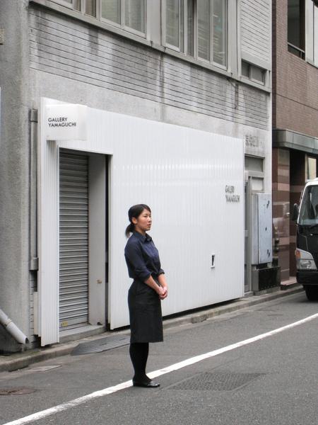 10:50,女店員出來宣布一人限制外帶六個冷藏蛋糕、禁止攝影等店規