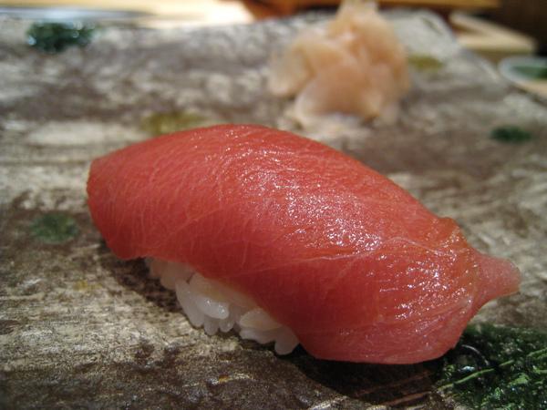 第一貫:鮪魚中腹肉(中トロ)握壽司