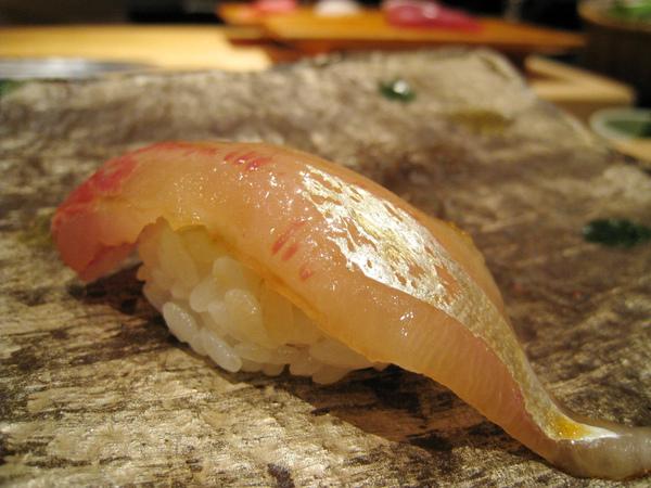 第二貫:白魽(しまあじ,漢字寫作「縞鰺」)握壽司