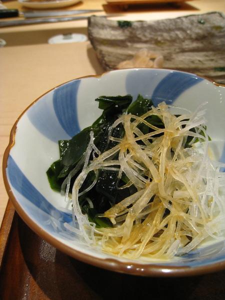 師傅見我小菜吃完了,立刻補上另一碗海帶芽