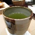 我們沒有點飲料,只喝壽司店免費提供的熱抹茶。我愛熱茶,每次都會喝很多杯