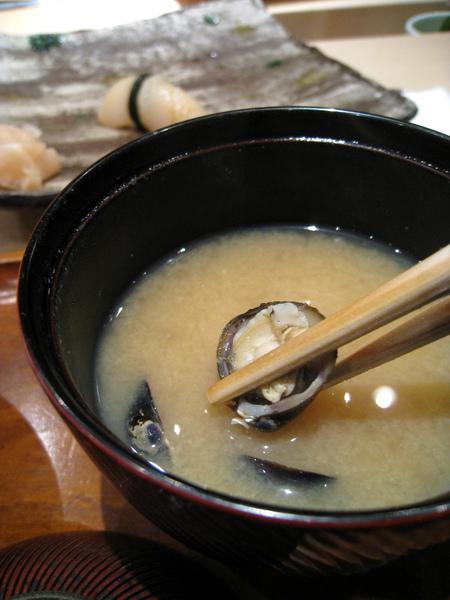 蛤蜊味噌湯裡面有不少蛤蜊,每一顆都有肉,很有誠意