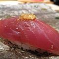 第八貫:鰹魚(かつお)握壽司,上面佐有蒜泥,師傅會事先詢問顧客是否介意大蒜。這款調味我喜歡