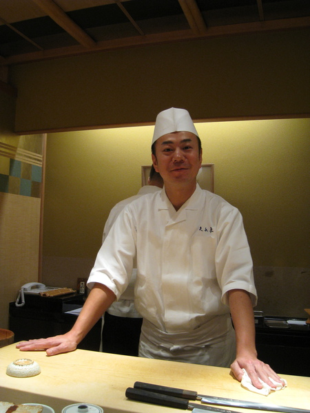 今天服務我們的壽司師傅,笑容滿面親切讓我拍照