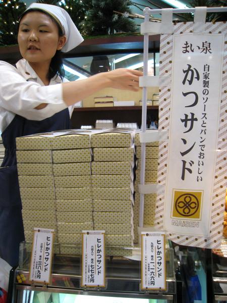 かつサンド就是豬排三明治,我買了最小盒三切的,389日圓