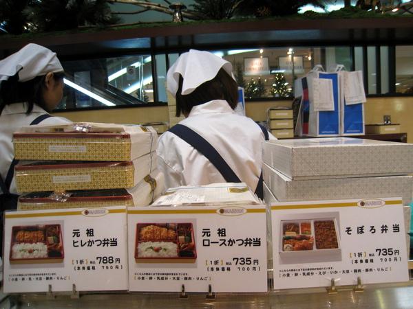 大白選了最右邊的「そぼろ弁当」(豬肉鬆便當),735日圓