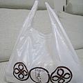 塑膠袋裡裝的是懶人夫妻的周六晚餐