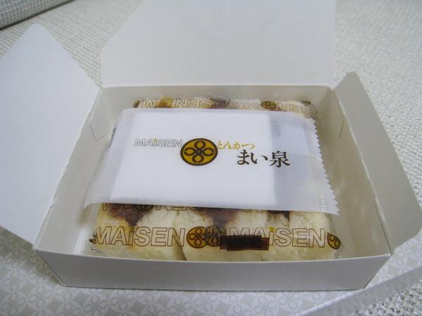 豬排三明治盒內貼心的附上一張濕紙巾,擦手擦嘴用的