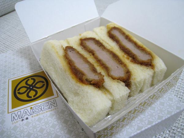 脫掉塑膠套外衣的豬排三明治長這樣