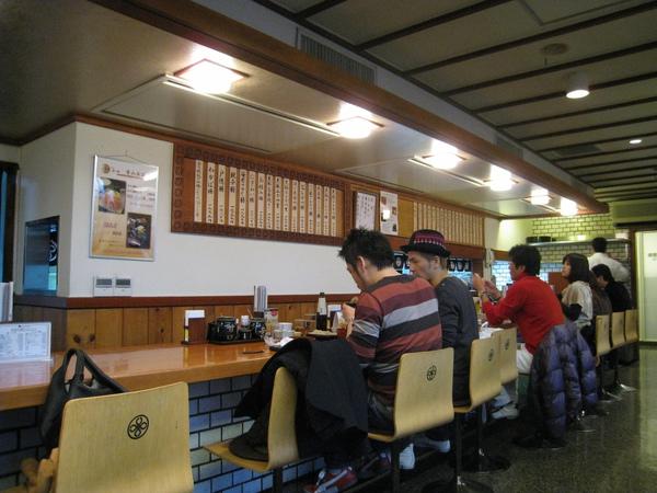 周日下午四點半就已大排長龍,坐在吧台旁的等候區等了十五分鐘才有座位