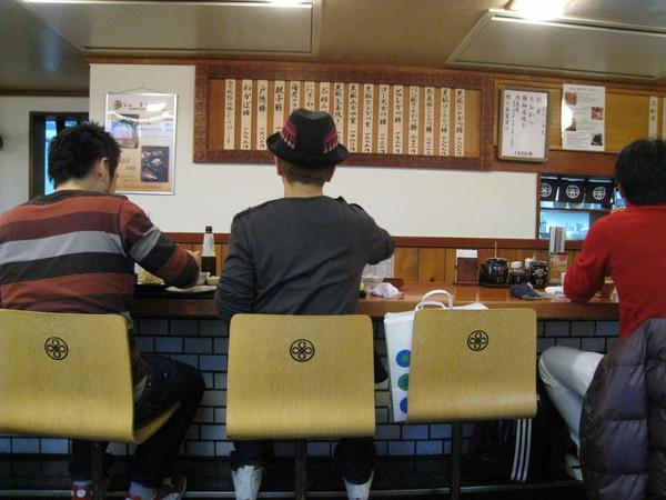 まい泉青山本店很大,除了吧台之外裡面還有許多有正常桌椅的座位,若有特殊偏好可事先告訴服務生
