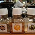 還有三種口味的調味粉:綜合胡椒粉、唐辛子、香料鹽