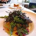 我的前菜:炸牡蠣佐覆盆子醬。全名是「牡蠣のペニエ、インカの目覚めのフリカッセ、フランボワーズピューレ添え」