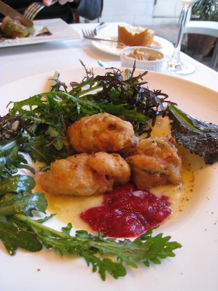 撥開生菜,裡面藏著炸牡蠣和覆盆子醬,牡蠣浸在濃稠的馬鈴薯湯汁裡