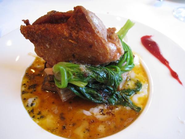 大白的主菜:烤雞佐菠菜和半熟蛋醬汁。「茜鶏のロースト、ホウレン草と半熟卵添え」