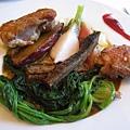 烤雞肉佐半熟蛋醬汁和大量蔬菜,包括菠菜、白蘿蔔、胡蘿蔔、牛蒡、甘藷等