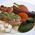 烤白金豚佐芥末奶油醬,搭配白蘿蔔、胡蘿蔔、櫻桃蘿蔔、牛蒡、甘藷等新鮮烤蔬菜