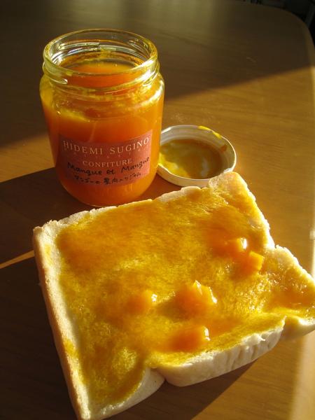 芒果果醬配土司。好的下午茶帶你上天堂。