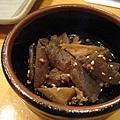 一入座就端上店家招待的胡麻蒟蒻牛蒡小菜,帶點微微的辣味,很開胃