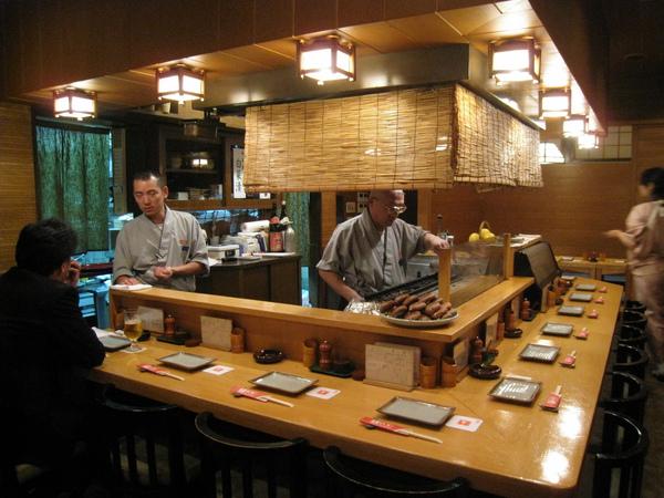 我們特地避開晚餐尖峰時間,預約傍晚五點半,店內只有寥寥數位客人,比較不會沾染上煙味(串燒店通常充滿老煙槍)
