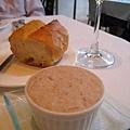 餐前的上的豬肉泥佐法國麵包