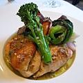 烤雞搭配的蔬菜包括白蘿蔔、胡蘿蔔、牛蒡、紅薯、青江菜、高麗菜、花椰菜等