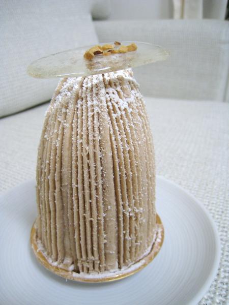GIOTTO的蒙布朗上有塊透明糖片裝飾