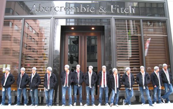 回顧12/13照片:A&F的開幕前造勢活動,一群著A&F服飾的男模(店員?)在銀座店前一字排開