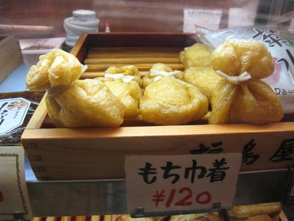 もち巾著,豆腐皮裡包一小塊日式年糕,一個120円