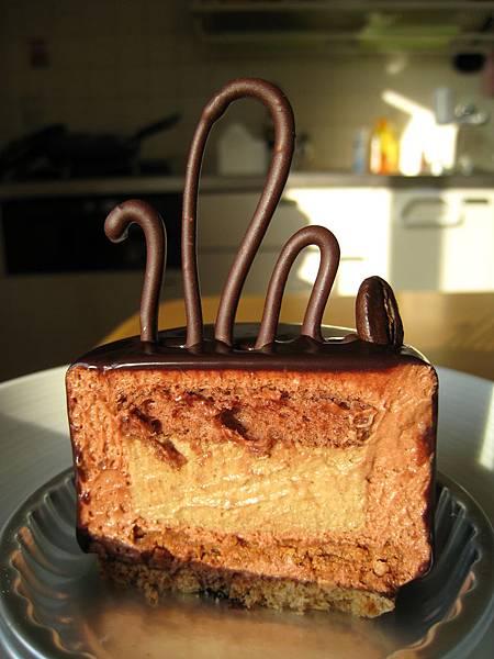 Kilimandjaro外層是鏡面巧克力,內層有香濃的咖啡幕斯和巧克力杏仁蛋糕體,味道非常好