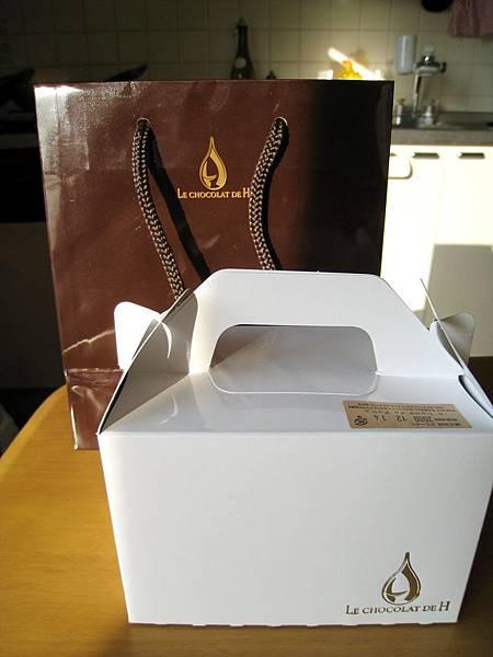 外帶的光面咖啡色紙袋和白色蛋糕盒