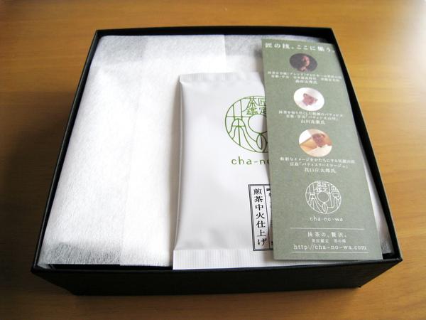 掀開盒蓋,密封鋁箔包裝用一張不織布包著,上面放著說明簡介和一個茶包