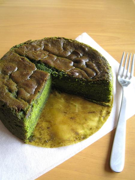 結果太好吃,忍不住又來一塊,瞬間解決四分之一個蛋糕。我是豬~