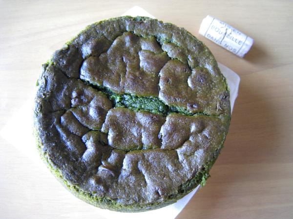蛋糕直徑約14公分、厚約3公分,重370g,旁邊有酒瓶塞當比例尺