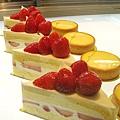 草莓鮮奶油蛋糕右邊的是檸檬塔,店員說也是人氣產品