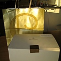Henri Charpentier的金色紙袋在夕陽餘暉下閃閃發光