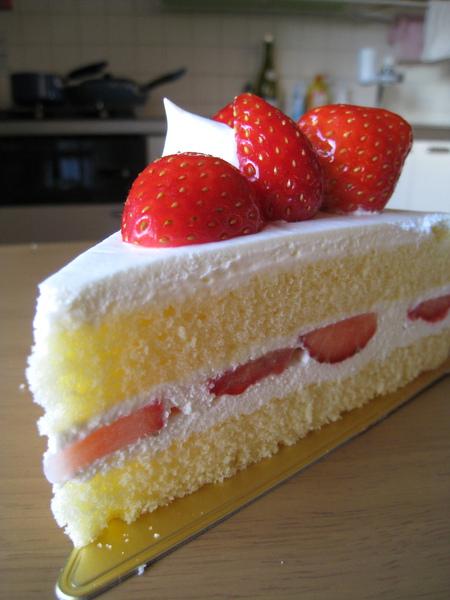 草莓漂亮新鮮但不算很甜,鮮奶油算是中上水準,沒有很銷魂