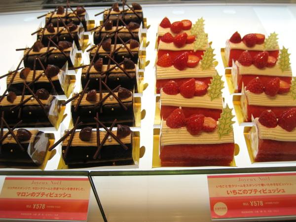 店員大力推薦我們嘗試期間限定的兩款2009年聖誕蛋糕,都是樹幹蛋糕