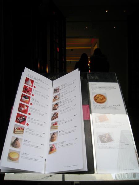 門口有內用甜點和茶飲menu,內用吃氣氛,外帶較省錢,可以自行選擇