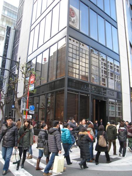 逛街時經過12/15開幕,才營業四天的美國服飾品牌Abercombie & Fitch銀座店