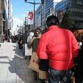 大白竟然心血來潮說「我們也來排隊吧!」拍照當時我們前方約排了100人,後方約200人