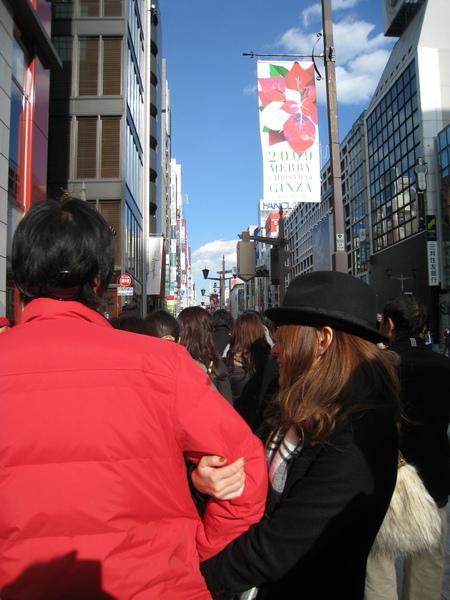 幸好前方這對日本小情侶肉麻的可愛,排隊時間也不無聊