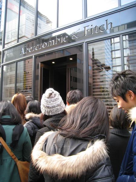 在寒風中排隊至少十幾二十分鐘後,終於接近A&F店門口