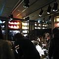 因為剛開幕,A&F銀座店裡擠得像沙丁魚罐頭,明明沒打折,消費的人還不少