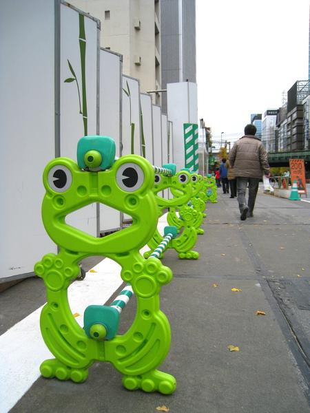 在新橋目擊的工地妙景:青蛙造型護欄