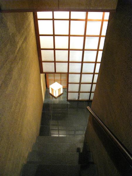 米其林二星的「鮨かねさか」藏在一棟超不起眼的大樓地下室B1