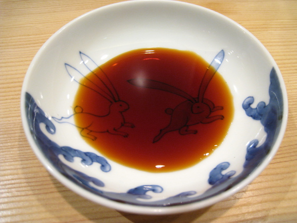 醬油碟上有可愛的兔子圖