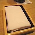 桌上的濕布巾是用來隨時清潔被握壽司弄髒的手,開始和最後另外附上擦手熱毛巾