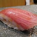 第3貫:鮪魚腹肉握壽司(?)。肉質鮮嫩。