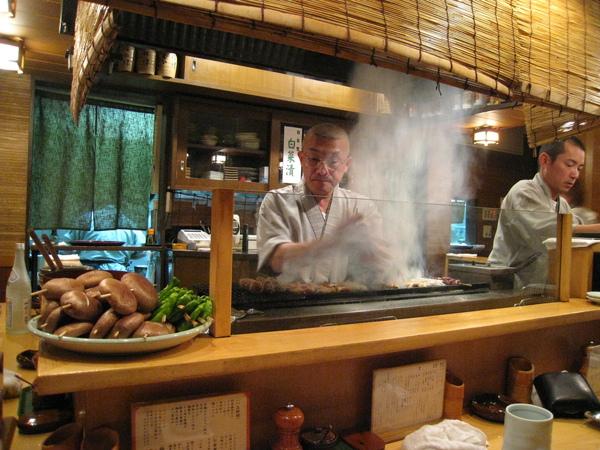 事先訂了下午五點的位(五點十分就坐滿一半!),坐在師傅烤台對面的吧台